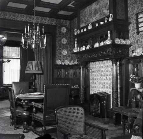 650560 - Schmidlin. Interieur in een van de kamers van de fabrikantenfamilie Brands, omstreeks 1950.