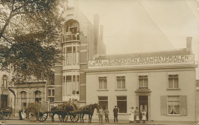 651665 - Midden op het balkon staat Carolina Andriesse (1891-1931), die met haar moeder, Aaltje Levinson (tot 1920), haar man Alexander Kooperberg en hun drie dochters dit huis van 1907 tot 1927 bewoonde. Het adres destijds was Heuvel 88