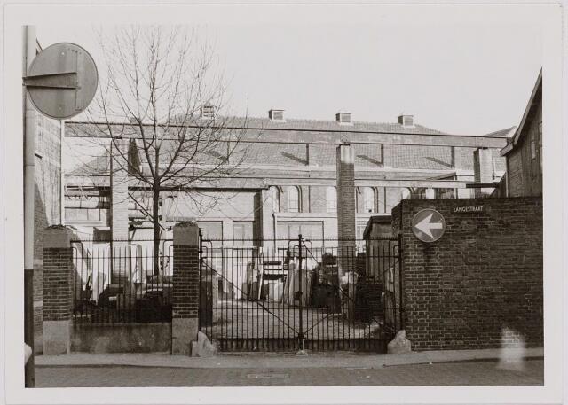040442 - Steenhouwerij Petit heeft in de loop der jaren vele honderden graven van een zerk voorzien