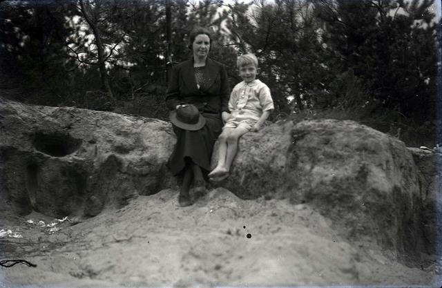 651562 - Vrouw en kind poserend in de bossen. De Bont. 1914-1945.