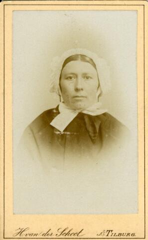 092904 - Onbekende Tilburgse vrouw in klederdracht. Zij draagt de muts van de Tilburgse weversvrouwen.