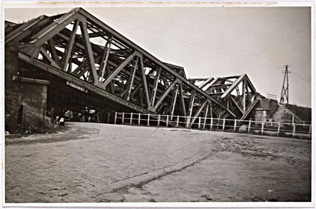 012323 - WOII; WO2; Tweede Wereldoorlog. Vernielingen. Kort voor de bevrijding van Tilburg werd de spoorbrug over het Wilhelminakanaal nabij de Bosscheweg door een Duits Sprengkommando onklaar gemaakt