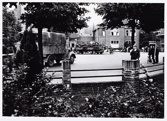 013199 - WO2 ; WOII ; Tweede Wereldoorlog. Terugtocht. Vluchtende Duitsers passeren de kruising Ringbaan-Oost - Bosscheweg, de wagen volgestouwd met geroofde spullen. Op de achtergrond, in het midden, de pastorie van de Sacramentskerk