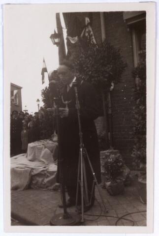 013725 - WO2 ; WOII ; Tweede Wereldoorlog. Verzet.  Onthulling van een gedenksteen voor Coba Pulskens in de gevel van haar huis aan de Diepenstraat op 2 februari 1947