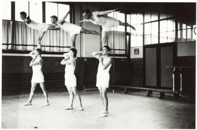 "052859 - Volt sport gymnastiek in 1937. Locatie zaal ""kantine"" Voltstraat,( was toen Nieuwe Goirleseweg ), gebouw B. Boven v.l.n.r. Van Gerwen, Christ Boeren, Noud Linkels.  Onder v.l.n.r. NN, van Oort, Bas Boeren."