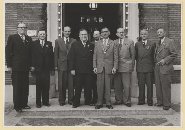080787 - Stichting Udenhouts Belang, opgericht op 10 maart 1959. Vermoedelijk is dit de foto van het bestuur na de oprichting. Van links naar rechts: Ad v.d. Plas, Jan Bergmans, Frans Kuijpers, Willy Mulder, Marinus Robben, burgemeester Verhoeven, Ties v.d. Loo, Tijn Woestenberg, Toon Coppens.