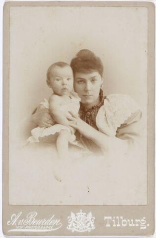 011398 - Maria Alphonsina Josepha Huberta (Miet) SWAGEMAKERS, met een van haar twee zonen. Zij werd geboren te Tilburg op 1 mrt 1871 en overleed te Antwerpen op 18 mrt 1964. Huwde op 5 sep 1892 te Tilburg met Josephus Jacobus (Joseph) BOGAERS. Zij kregen twee zonen, Gerardus Vincentius Carolus Maria (1893-1967) en Maurice Hubert Maria Elisabeth Joseph (1895-1964)