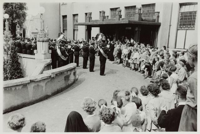 065145 - Politie. Het muziekcorps van de Gemeentepolitie Tilburg ter gelegenheid van de uitreiking van de verkeersdiploma's aan de Tilburgse jeugd.