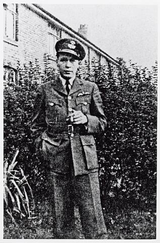 013682 - WO2 ; WOII ; Tweede Wereldoorlog. Verzet. De Engelsman Ronald A. Walker, een van de drie geallieerde piloten die op zondag 9 juli 1944 door de Duitsers op de plaats van Coba Pulskens' woning aan de Diepenstraat werd neergeschoten