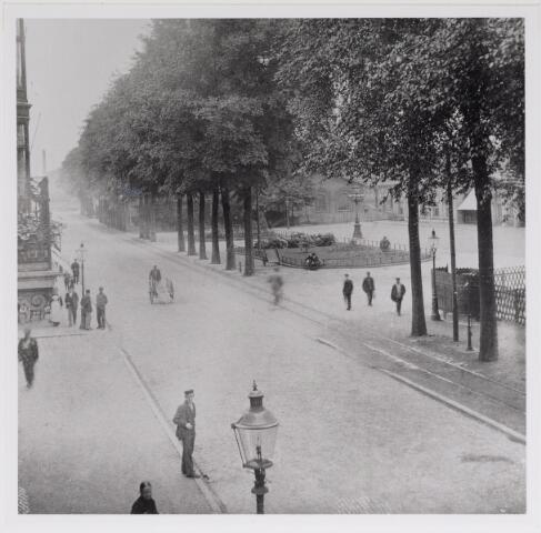 042610 - Spoorlaan ter hoogte van het Stationsplein (rechts) anno 1905. Foto is waarschijnlijk gemaakt door wollenstoffenfabrikant Diepen vanaf het balkon van zijn huis