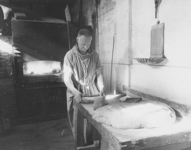 105292 - Monnikenleven Broeder Johannes aan het werk in de broodbakkerij. Sint Paulusabdij. Kloosters    Kloosters