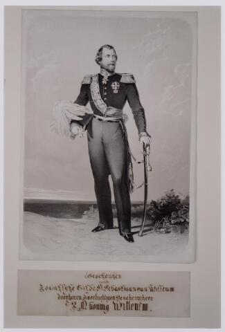 045190 - Litho. Koning Willem III. Het portret in steendruk naar een schilderij van N. Pieneman werd door Willem III geschonken aan de schutterijen, waarvan hij bijzonder beschermheer was en die het predikaat koninklijk mochten voeren zoals het Tilburgse St. Sebastiaan gilde.