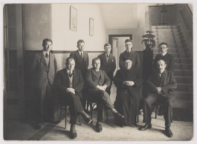 081637 - Onderwijzers van de R.K. Jongensschool te Rijen. Staand v.l.n.r.:Wot Bakx, Fons Blijlevens, Kees Baeten, Leo Willemen, Jan Raaymakers. Zittend v.l.n.r.: Kees van Dongen, Florent van Rie, Pastoor Oomen (1911-1936), dhr. Brouwers (?)