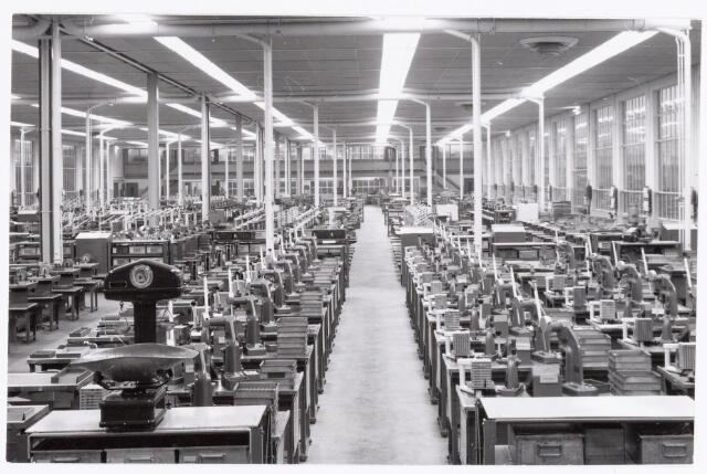 038767 - Volt Oosterhout. De hal voor de fabricage van spoelen, waarschijnlijk ± 1960.  Op de voorgrond links vooraan een zogenaamde tel-weegschaal waarmee snel een groot aantal produkten gewogen en daarmee geteld konden worden. Fabricage- of productie vond in Oosterhout plaats van april 1951 t/m 1967.