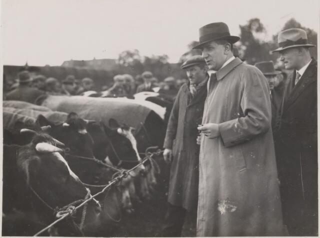 081574 - Opening veemarkt (op het latere Burgemeester Sweensplein) te Rijen door burgemeester Dr. J.C.M. Sweens.