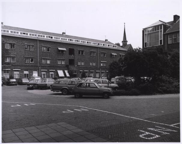 022974 - Elisabethziekenhuis. Binnenplaats van het St. Elisabethziekenhuis. Het gebouw links en de daarnaast staande kapel zijn bewaard gebleven en biedt nu onderdak aan diverse culturele instellingen. Rechts waren de grote ramen van het operatiecomplex