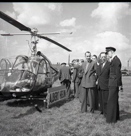 653852 - Reclamestunt van Albert Heijn. Een helicopter landde op het Stuivesantplein.