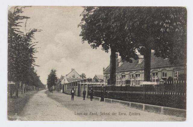 056774 - Onderwijs: Inkijk Kloosterstraat te Loon op Zand met aan de rechterkant de school van de zusters