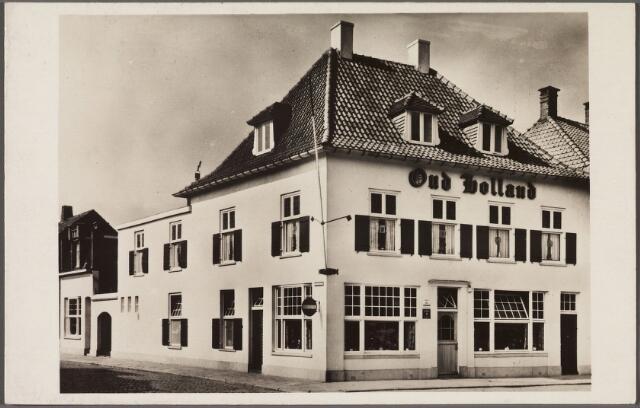 010751 - Café-restaurant Oud Holland Piusplein 11, 'speciaal voor bruiloften, partijen en reisgezelschappen tot 120 personen'.In april 1927 werd het huisnummer van Oud Holland vernummerd van nr. 25 in nr. 11. Oorspronkelijk stonden op de plaats van Oud Holland koetshuis en paardenstallen van koning Willem II. De volgende eigenaar, Hendrik van Tulder verkocht het terrein in 1866 aan timmerman Franciscus Stalpers. Voorwaarden bij de verkoop was, dat op het terrein nooit een klooster of liefdegesticht gebouwd mocht worden. Een tijd lang boden de opstallen onderdak aan de marrechaussee. In 1888 werd Leonardus van Herk de nieuwe eigenaar. In 1919 was het pand bekend als café Belge. In dat jaar werd Henricus Bierens de nieuwe eigenaar en kreeg de herberg (koffiehuis) de naam Oud Holland. Op 11.9.1925 werd er de 'Eerste Tilburgsche Hoenderclub' opgericht. Henricus Bierens, geboren te Tilburg op 3.10.1876, overleed aldaar op 16.11.1932. Het hoofdberoep van Bierens was 'kleurenverver'. Na zijn dood exploiteerden de kinderen Bierens het koffiehuis. Het pand werd door de familie Bierens enkele keren verbouwd en kreeg in 1949 onder eigenaar Jan Bierens zijn huidige vorm. Op 5.4.1949 werd Oud Holland heropend. Door de Tilburgse glazenier A. Clijsen was het pand verfraaid met gebrandschilderde ramen met de voorstellingen van jagers, thuiswevers. vissers, wijnpersers enz.  Een onderzoek naar de geschiedenis van het pand gebeurde in 1949 door leden van de 'vriendeclub X', een onderafdeling van studentenvereniging St. Olof en dan al twaalf jaar 'thuis' in Oud Holland.