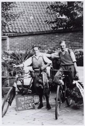 049942 - Frans Remmers (links) en Toon Heyer (rechts) na hun terugkeer in Tilburg na een fietstocht naar Worms in Duitsland. In drie dagen werd 430 km afgelegd.