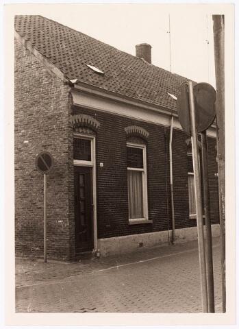 033800 - Voor- en zijaanzicht van het pand Veemarktstraat 16