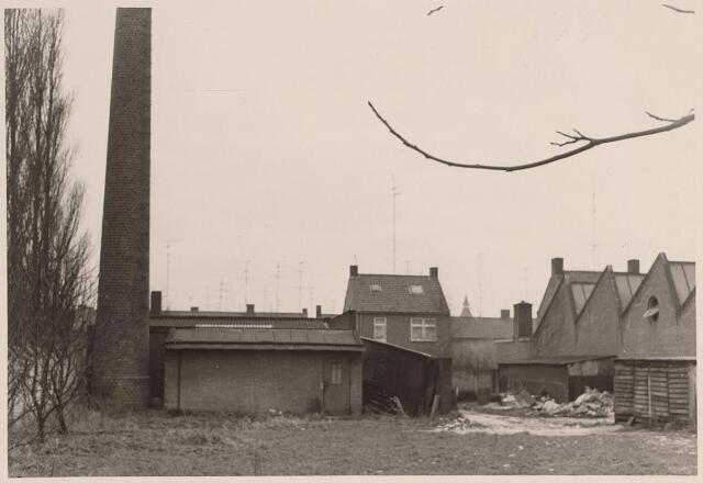 026009 - Schoorsteen behorende bij een lederwarenfabriek aan de Lovense Kanaaldijk begin 1967