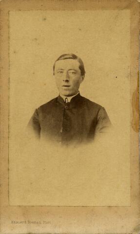 092183 - Dionysius Koolen, geboren te Tilburg op 4 mei 1839 als zoon van landbouwer Franciscus Koolen en Anna Cornelia van Hasselt. Priester gewijd in 1865 en werd vervolgens assistent te Waalwijk, later kapelaan. In 1882 werd hij pastoor en overleed op 28 september 1912 te Oisterwijk.