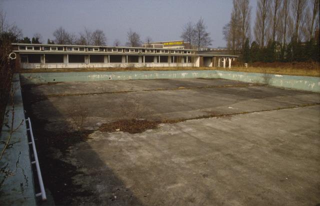 656454 - Zwembad aan Ringbaan Oost in 1985. Het zwembad werd in 1995 gesloten en in 1996 gesloopt.