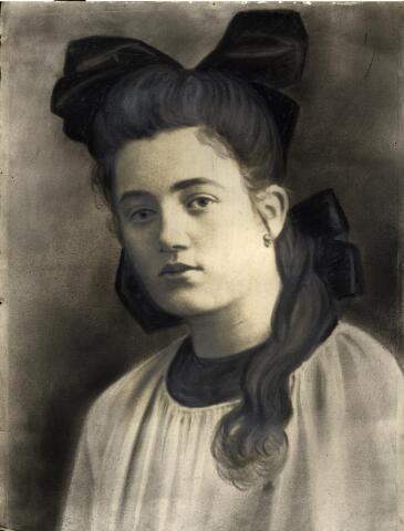 601071 - Cornelia Susanna (Cor) Smulders, dochter van smid en machinefabrikant Norbertus J. Smulders en Maria Hendrika van Osch. Cor werd geboren op 7 juli 1900 te Tilburg en overleed aldaar op 3 juli 1992. Dit crayonportret ( een uitvergrote foto, grof geretoucheerd met houtskool) werd omstreeks 1915 gemaakt.