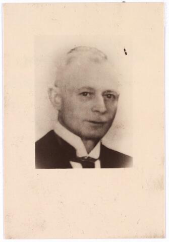604484 - Bidprentje. Tweede Wereldoorlog. Oorlogsslachtoffers. Antonius Wilhelmus H. Trommelen; werd geboren op 11 oktober 1890 in Zevenbergen en overleed op 1 april 45 - 31 mei 1945 in het concentratiekamp Bergen-Belsen, Duitsland. Trommelen werd op 21 juni 1944 door de SD gearresteerd. Hij was een verzetsman en werkte samen met de hoofdopzichter van de PTT, de heer Seegers. Een belangrijk onderdeel van hun werk bestond uit het fotograferen van telefoonleidingen bij vliegvelden en het maken van situatie tekeningen e.d.  Trommelen was aangesloten bij de verzetsgroep Roels in Breda. Na zijn arrestatie werd hij overgebracht naar Sachsenhausen en daardoor kwam hij terecht in de hallen van de Heinkel vliegtuigfabriek in Oraniënburg. Oraniënburg zat als het ware vastgeplakt aan Sachsenburg dat van 1934 tot 1936 het eerste concentratiekamp in Duitsland was. Trommelen overleed in Bergen-Belsen, Duitsland