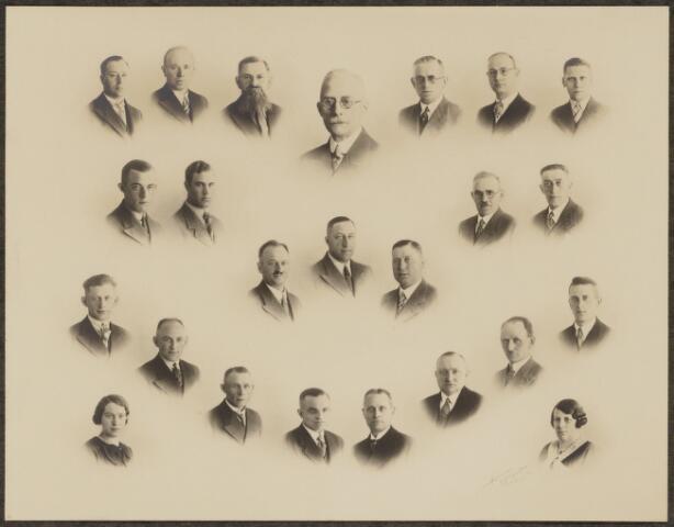 103665 - Brandweer. Foto samengesteld en aangeboden aan commandant J.J. Haarselhorst (1870-1968) bij zijn afscheid en pensionering van de Tilburgse Brandweer. vlnr: bovenste rij: F. van Rijswijk, A. Wijman, L. Esbach, J. Haarselhorst, P. Poos, H. v/d Borgt, A. van Hoof. Middelste rij: B. Donders, H. Leffers, Ch. Hendriks, H. Janssen, J. van Raak, G. Vrins, A. Storimans. Onderste rij: C. van Erven, J. van Boxtel, A. Verhoof, Th. de Natris, B. van Wees, A. Schults, W. Geertjes, W. van Poppel en twee dames van  de huishoudelijke dienst.