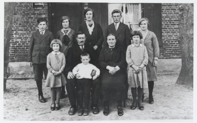 055965 - Familie Broeckx te Esbeek bij hun zilveren bruiloft in 1933. Boven v.l.n.r. Jack, Pieta, Marie, Jan en Anna Broeckx; voorste rij v.l.n.r. Trees Broeckx vader en moeder Janus Broeckx en Janske Broeclx-de Graaf en Cor Broeckx en kind Pieter Broeckx.
