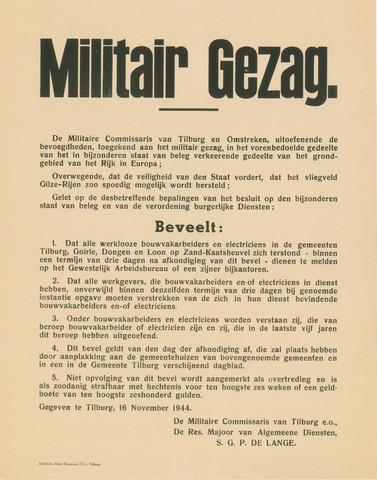 1726_010 - Affiche Tweede Wereldoorlog.   Militair Gezag. Vanaf de bevrijding in 1944 tot het aantreden van het kabinet Schermerhorn-Drees in juni 1945, werd het overheidsgezag in Tilburg uitgeoefend door het Militair Gezag.  De Militaire Commissaris van Tilburg en omstreken vordert dat het vliegveld Gilze-Rijen zo spoedig moedig hersteld moet worden. Dit met oog op de veiligheid van het land. De oproep is gericht aan bouwvakarbeiders en elektriciens.   Ondertekend door de militaire commissaris van Tiilburg e.o., reserve majoor van algemene diensten S.G.P. de Lange.   WOII. WO2.