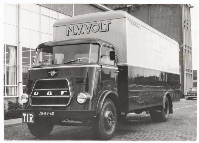 039248 - Volt.Hulpafdelingen, Vervoer, Expeditie, Logistiek. Volt vrachtwagen, kenteken ZB-89-40, gefotografeerd voor hal Z op complex Volt Zuid met op de achtergrond het hoofdkantoor aan de Groenstraat. Waarschijnlijk rond 1965.
