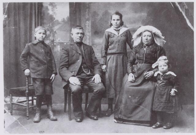 061576 - Familie Habraken aan de Durendaelweg 87 destijds Akkerweg 9; geheel rechts Dineke Habraken.
