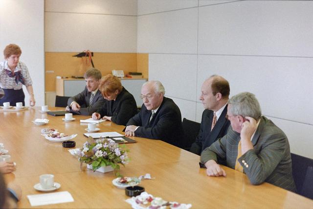 1237_001_046-1_002 - Zorg. Een vergadering van de Stichting Pensioenfonds van Fysiotherapeuten in maart 1998.