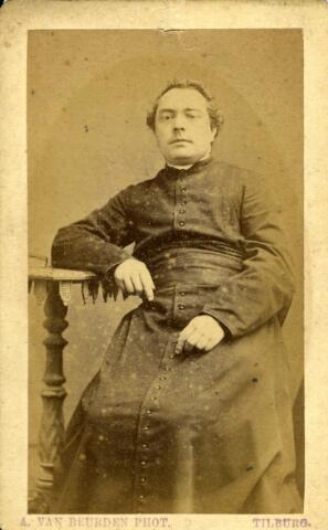 092898 - Henricus Alphonsus Brouwers, geboren te Tilburg op 1 januari 1843, zoon van fabrikant Jan Brouwers en Antonia Kooijen. Hij werd priester gewijd in 1869 en was pastoor van de Tilburg parochie Korvel in de jaren 1890-1892. Hij overleed te ´s-Hertogenbosch op 7 februari 1912. Hij was toen plebaan van de St. Jans kathedraal en deken van ´s-Hertogenbosch.