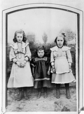 048521 - De kinderen van Adrianus Josephus Pigmans en Antonia Maria Mulders. Van links naar rechts: Elisabeth Adriana Gerdina Josephina (Liza) geboren te Tilburg op 6 augustus 1894, Adriana Antonia Maria (Jana) geboren te Tilburg op 22 mei 1900, en Gerardina Johanna Adriana Maria (Dina) geboren te Tilburg op 1 april 1897.