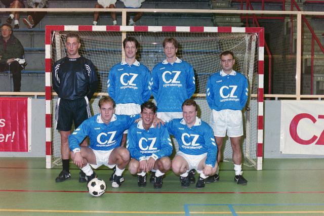 1237_001_029-1_015 - Sport. Voetbal. Een zaalvoetbal team op 3 januari 1999. Ze worden gesponsord door CZ.