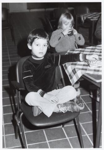 053147 - Driekoningen zingen in wijkgebouw Groeseind op 6 januari 1981