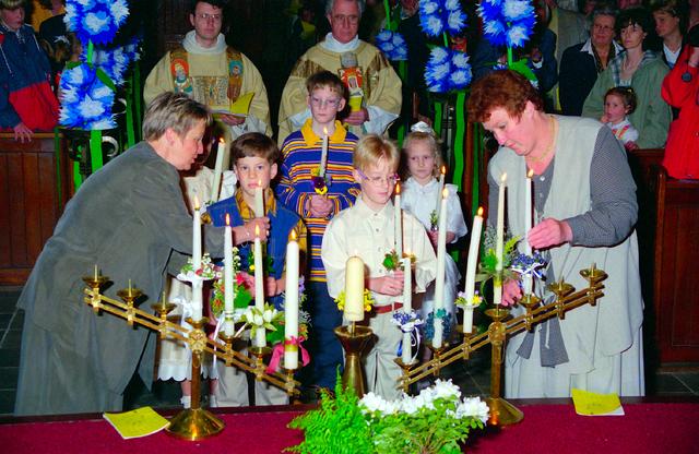 655332 - Eerste Heilige Communie viering in  de Tilburgse Sacramentskerk in de wijk Armhoef op 12 mei 1996.