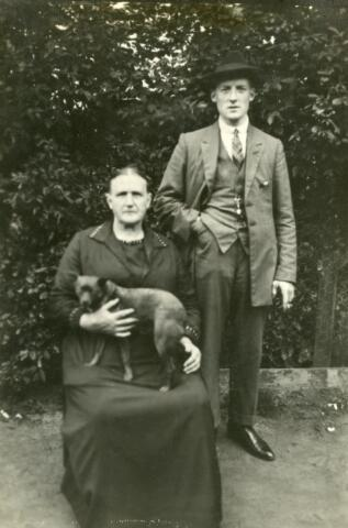 600546 - Staande Franciscus Somers, geboren te Tilburg op 4 januari 1899, zoon van Antonie Somers en Johanna Keunings. De vrouw is onbekend.