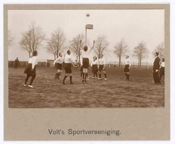 038797 - Volt. Sport en ontspanning.  Korfbal. Foto is gemaakt ter gelegenhei van het afscheid van Ir. Kuijlaars in december 1925. De korfbalvereniging Volt was aanvankelijk een onderafdeling van de gymnastiekvereniging en door haar opgericht. Omdat de gymnastiekvereniging zoveel afdelingen kende werd het, door de grote groei, voor het bestuur steeds moeilijker elke tak van sport te dienen en te adviseren. Daarom werd in de jaren 1957-1958 besloten elke afdeling een eigen zelfstandigheid te geven. De locatie is de Groenstraat nabij het Transvaalplein, later bebouwd. De persoon in normaal costuum is de trainer Dhr. Willem van Brunschot. Tijdens de 2e wereldoorlog verhuisde men naar de Delmerweg en in 1962 naar het Voltsportcomplex aan de Ezelvense Akkers aan de Jan Truijenlaan in de wijk Groenewoud waar nu woningen staan. De vereniging bestaat nog maar is opgegaan in K.V.Tilburg.