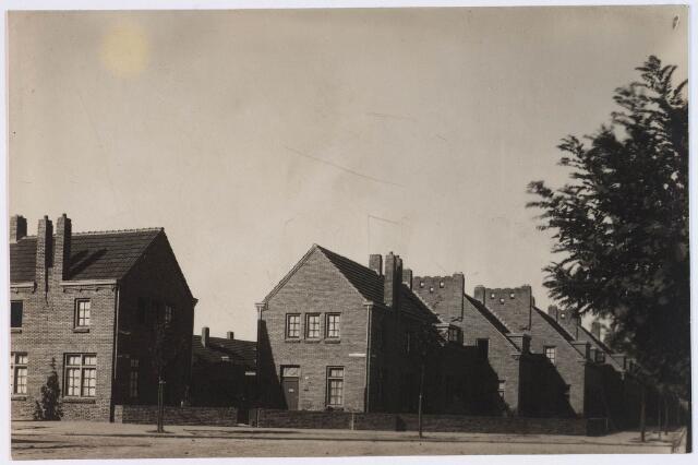 028154 - Woningen aan de Pastoor Vroomansstraat 7-5, rechts de Wassenaarlaan