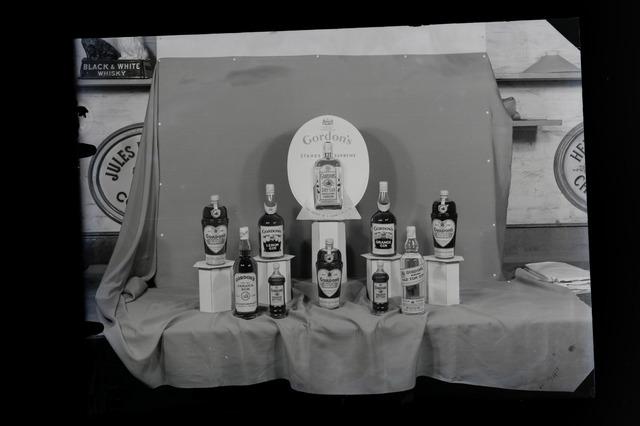 654839 - Reclame. Diverse sterke dranken van de firma Gordon's.