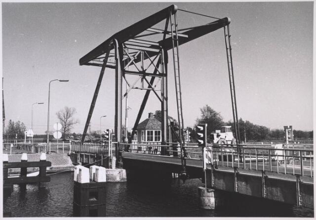 023943 - Ophaalbrug over het Wilhelminakanaal bij Koningshoeven