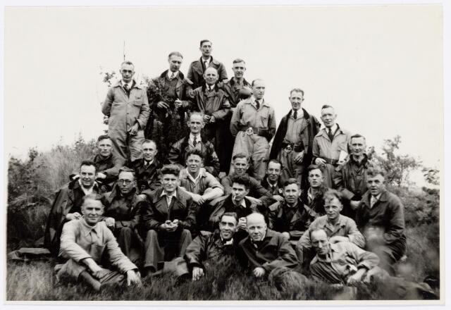 039428 - Volt, Zuid. Hulpafdelingen, Brandweer. Brandweeroefening in Gilze-Rijen. De oefening vond plaats op 26 juni 1948 op de vliegbasis aldaar.  Van l.n.r. vooraan: v. Reusel, Miel Verheij, Schoppenhauer en NN. Tweede rij v.l.n.r.: Jan v. Roosendaal, de Vleeschouwer, Jo Vermeulen, NN, Hein Overveld, NN. Derde rij v.l.n.r.: NN, Toon Klaassen, 3 x NN, Broers en Moeskops.  Pal boven Vermeulen is van Peer en boven Broers, met lichte overall, van de  Burgt met links van hem, met jack over de schouders Mink.