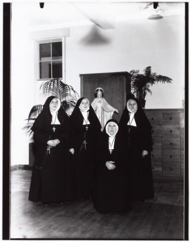 009397 - Kloosters. Zusters van Schijndel van het St. Liduina klooster aan de Pelgrimsweg te Tilburg (in de sacramentsparochie aan de Ringbaan-Oost) vertrekken naar de missie in Sumatra op 31 december 1936.zittend zuster Adelburga (mej A.H. Moonen). v.l.n.r. zr. Odila (M.H. Steur), zr. Genesia (M.G. Vrooijink) en zr Louise (Th.G.M. Glouderrins)