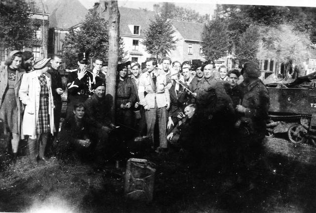 830053 - WO2: WOII; Tweede Wereldoorlog. Bevrijding. Inwoners van Hilvarenbeek poseren met enkele bevrijders.'In het midden Jan Naaijkens.'