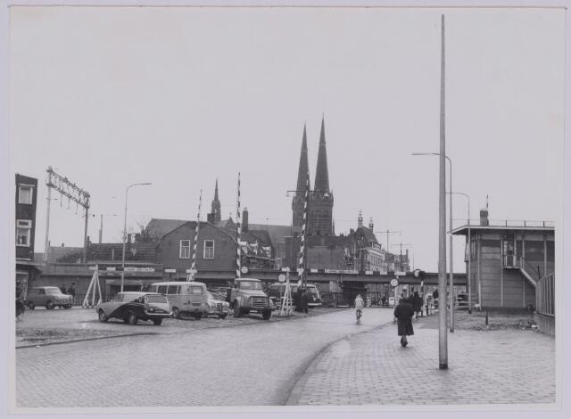 037258 - Spoorwegen: Hoogspoor (viaduct Heuvel) Het spoorhuisje van waaruit de slagbomen werden bediend is in april 1965 gesloopt. De overweg verdween eveneens en vervolgens konden de wegen op diepte worden gemaakt.